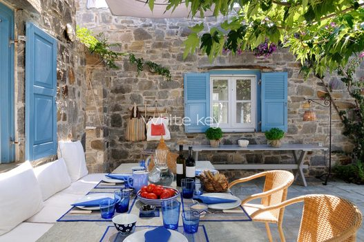 06_WhiteKey-Villa-Selina-Serifos-Veranda_and_dining_area_outside_kitchen_2.jpg