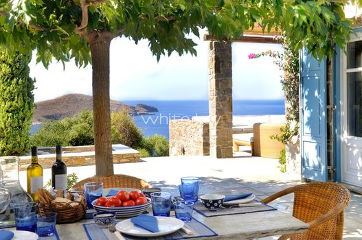 07_WhiteKey-Villa-Selina-Serifos-Veranda_and_dining_area_outside_the_kitchen.jpg