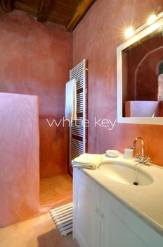 15_WhiteKey-Villa-Selina-Serifos-Building_1,_2nd_level,_Guest_bathroom.jpg