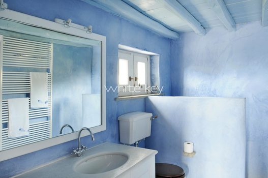 19_WhiteKey-Villa-Selina-Serifos-Building_1_bathroom_between_children_rooms_a.jpg