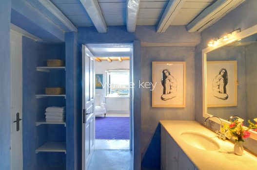 20_WhiteKey-Villa-Selina-Serifos-Building_1_Children_bathroom.jpg