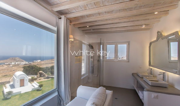 22_WhiteKey-Villa-Pearla-Mykonos-open_plan_executive_suite_with_garden-sea_view.jpg