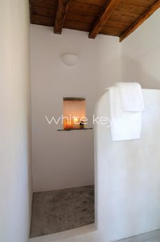 24_WhiteKey-Villa-Selina-Serifos-Building_3,_bathroom.jpg