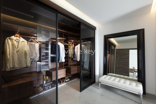 25_WhiteKey-Villa-Isaura-Mykonos-SE-MainBedroom_Poliform_Walkin.jpg