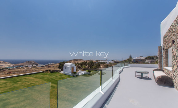 25_WhiteKey-Villa-Pearla-Mykonos-garden_event_area_view_from_the_pool.jpg