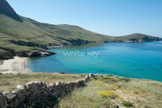 32_WhiteKey-Villa-Selina-Serifos-The_way_to_the_beach.jpg