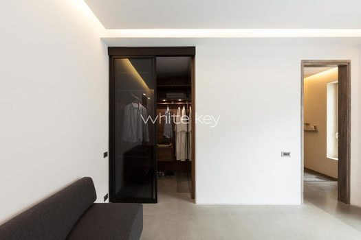 35_WhiteKey-Villa-Isaura-Mykonos-SE-SecondBedroom_Poliform_Walkin.jpg