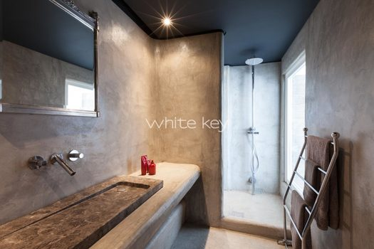 39_WhiteKey-Villa-Isaura-Mykonos-SE-DownstairsFlat_MainBedroom_EnSuite_01.jpg